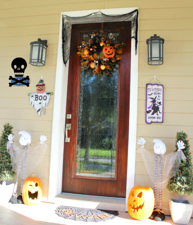 tons of great halloween porch decorating ideas - love how fun this one is!