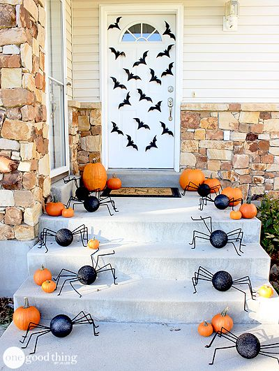 Cute & easy Halloween porch decorating ideas - love how simple, yet beautiful, this one is!