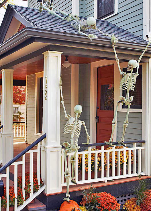 I LOVE this idea! Tons of fun halloween porch decorating ideas here - pinning to & Halloween porch decorating ideas you can actually do