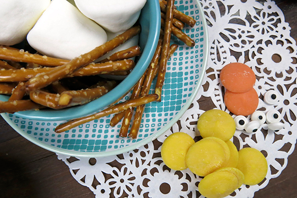 Easy Easter treat idea: chick smores - these are so fun!