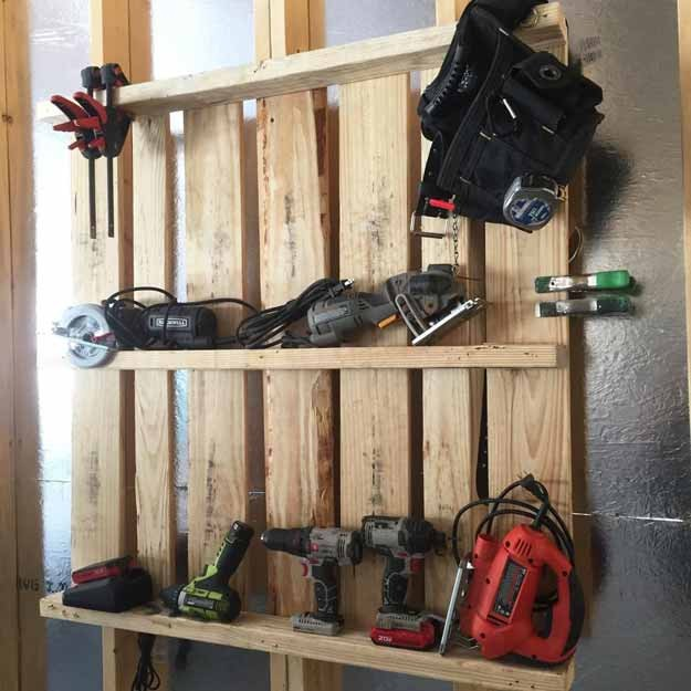 Easy garage organizer: she made a tool organizer from a pallet!