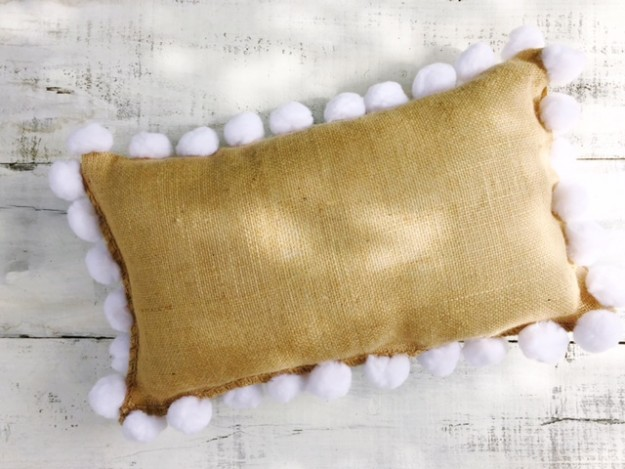 no sew burlap pillow on wood