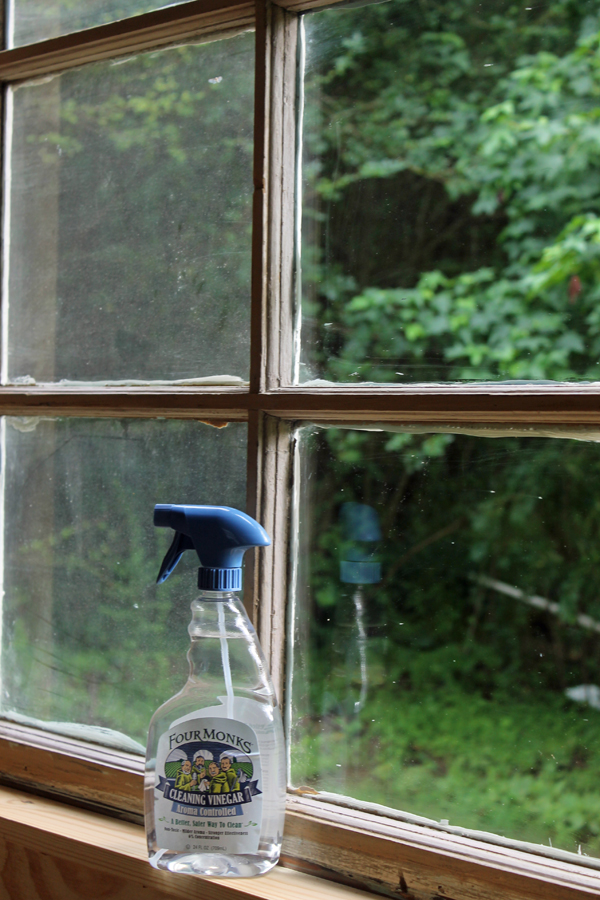 Clean windows with vinegar - there's so many great ways to use cleaning vinegar in DIY projects! #sponsored