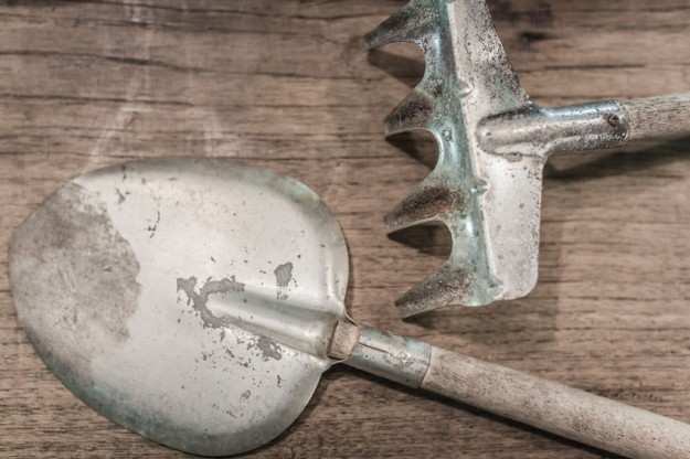 clean the rust off of garden tools with Four Monks Cleaning Vinegar #sponsored
