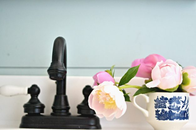 I had no idea you could paint faucets! Great farmhouse bathroom update!