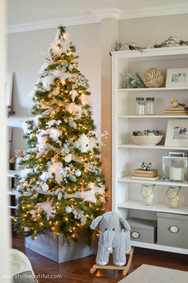 Use feathers to look like snow - adding this one to my Christmas tree decorating ideas this year!