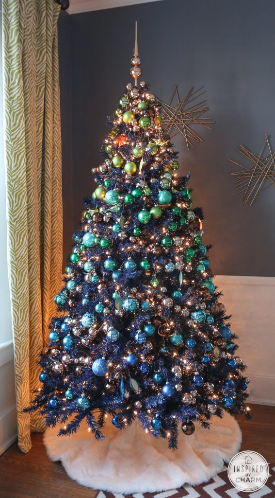 Christmas tree decorating ideas: Ombre effect with ornaments - so pretty!