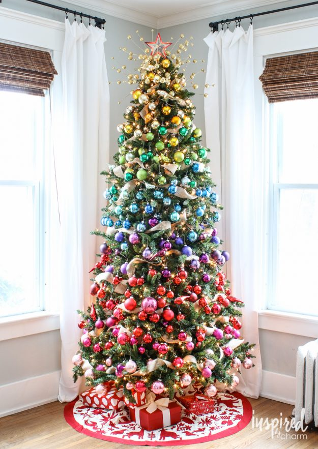 Christmas tree decorating ideas: rainbow effect with ornaments - so pretty!