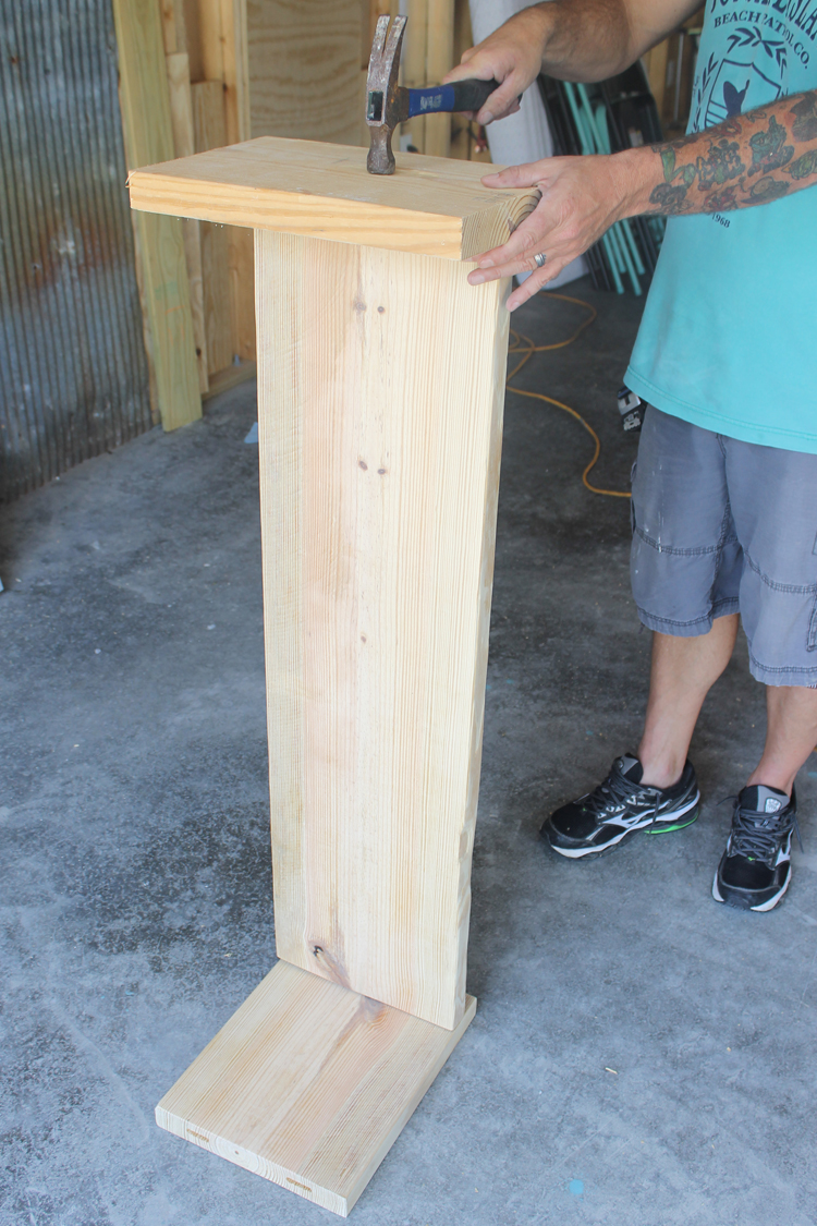 Great tutorial on how to build a storage bench - one board... one hour... no screws!