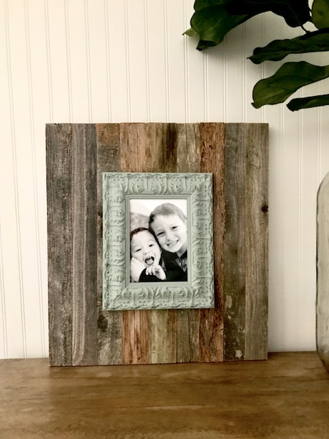 this pretty farmhouse style photo frame is so easy - and you can do it in about 15 minutes! #farmhousestyle #photoframe #easydiy #upcycled #diyprojects #diyideas