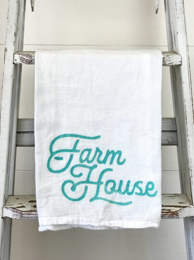 How to Make easy Farmhouse Kitchen Towels in just a few minutes with Chalk Couture instead of expensive craft machines! #farmhousestyle #kitchentowels #kitchen #farmhousekitchen #farmhouse #craftidea #chalkcouture